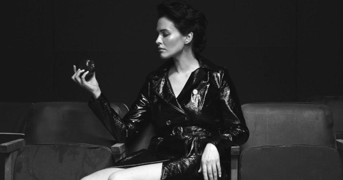 В мокрой ночнушке и с питоном: Даша Астафьева в тизере нового клипа