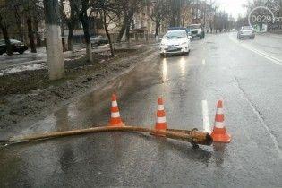 В Мариуполе фонарь упал на пассажирскую маршрутку