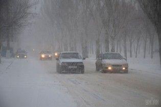 Двухметровые сугробы на Николаевщине. В полиции рассказали о непроездных дорогах в регионах Украины