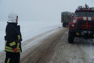 На Днепропетровщине грузовик с гречкой влетела в дом: спасатели боятся ее вытягивать