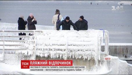 Одесситы наслаждаются пляжным отдыхом, несмотря на морозы