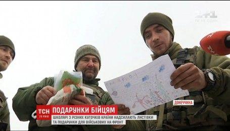 Українські школярі приготували листівки і подарунки для військових на новорічні свята