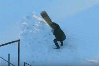 """В Сети юзеры смеются над видео, на котором минчанин """"борется"""" с ковром на улице в лютый мороз"""