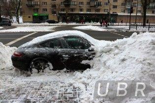 В Киеве коммунальщики забросали снегом припаркованный элитный Porsche