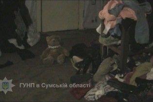 На Сумщині горе-матір покинула 5-річну дитину напризволяще в антисанітарії із бійцівською собакою