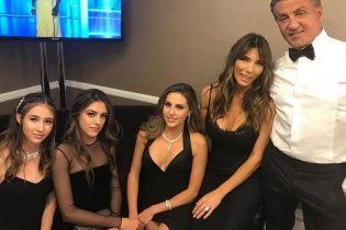 Отец с дочками в черном: Сильвестр Сталлоне поделился семейным снимком