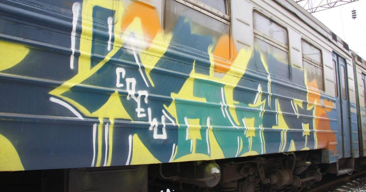 У Києві невідомі жорстоко побили помічника машиніста, який завадив їм розмалювати графіті електричку