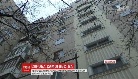 В Запорожье неистовая мать пыталась выброситься с восьмого этажа