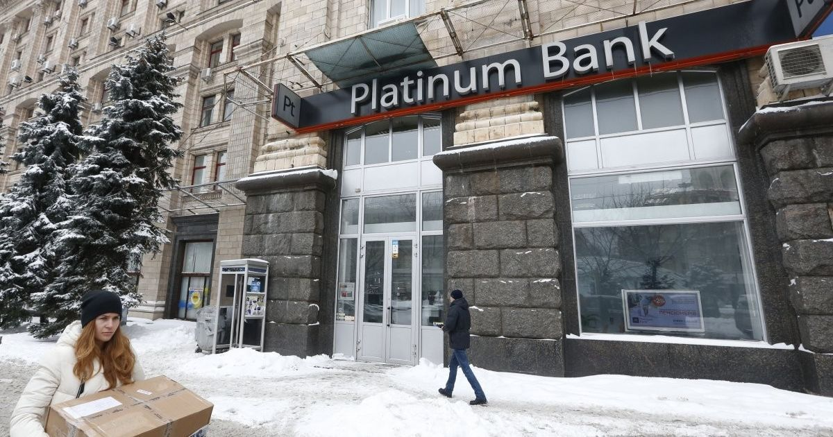 """Экономисты предсказывают ощутимые для всех украинцев последствия падения """"Платинум-банка"""""""