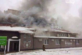 Пожежа у Сумах: рятувальники кілька годин гасять полум'я, зі школи евакуювали понад 1000 дітей