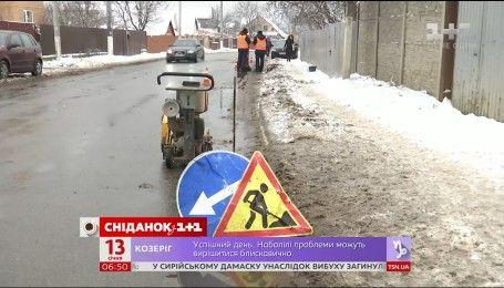Чому на українських дорогах разом зі снігом зникає асфальт