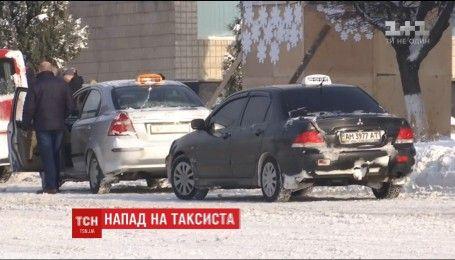 В Житомире мужчина напал на таксиста и угнал его автомобиль