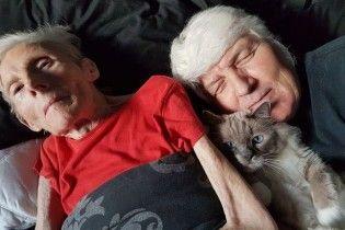 """""""Допоможіть померти"""". Сім'я показала фото скутої паралічем матері, яка зносила пекельні муки"""