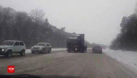 Закарпатье заметает снегом: в пробках застряли сотни машин