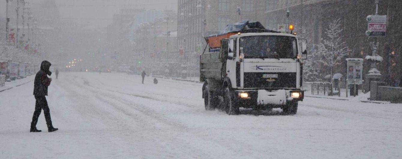 Киев завалило снегом: на дорогах столицы уже случилось одиннадцать аварий
