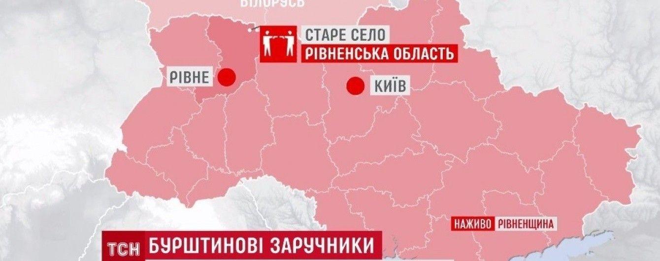 """У """"бурштиновому"""" селі місцеві жителі взяли в заручники трьох поранених тітушок"""