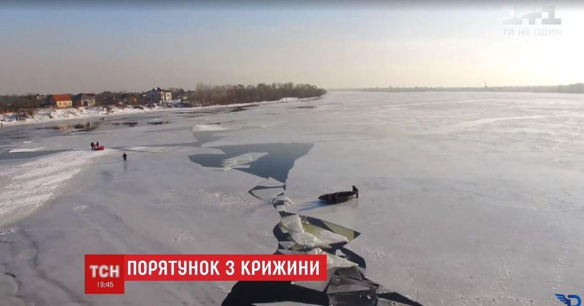 В Киеве полицейский рискнул жизнью и вытащил из-под льда дедушку