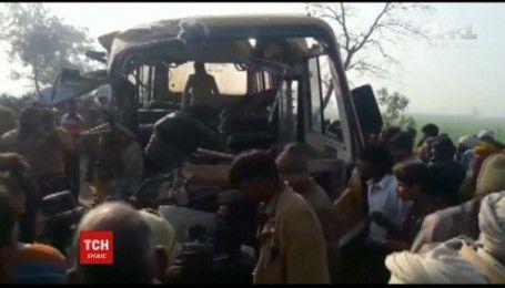 Шкільний автобус зіштовхнувся із вантажівкою на півночі Індії, є загиблі