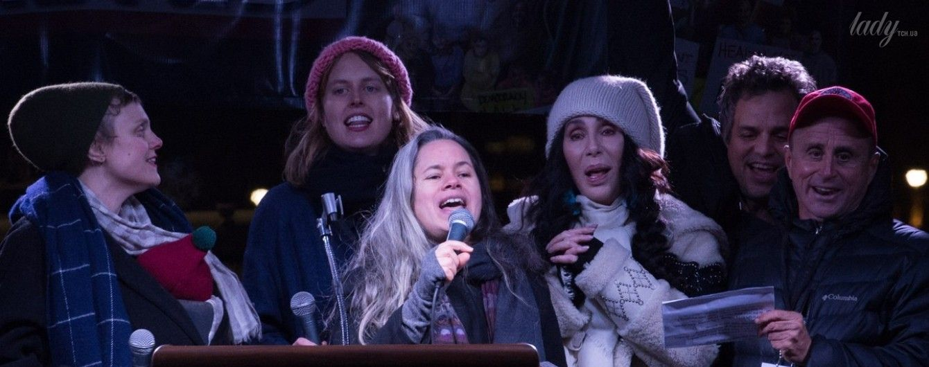 """Шер, зірка стрічки """"Секс і місто"""" та імениті актори вийшли на акцію протесту проти Трампа"""