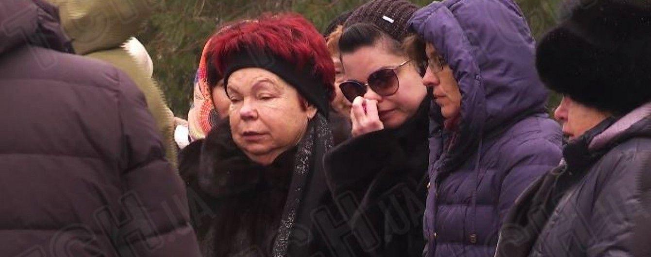 Королева расплакалась на похоронах бабушки. Видео