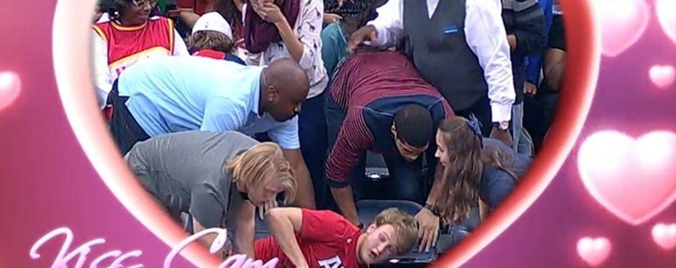 Глядач зірвав пропозицію руки та серця на баскетбольному матчі в США