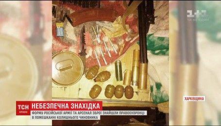 Российская форма и арсенал оружия: правоохранители провели обыск экс-чиновника Харьковщины