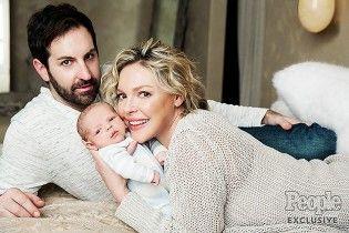 Радости материнства: Кэтрин Хейгл снялась с новорожденным сыном в фотосессии