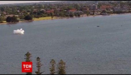 Легкомоторный самолет упал в реку на глазах у тысячи зрителей во время празднования Дня Австралии
