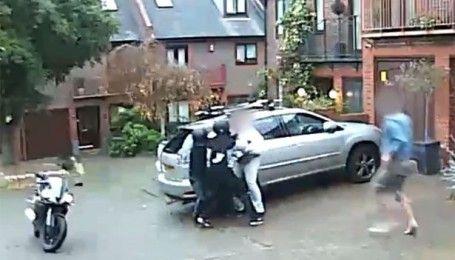 У Лондоні власник мотоцикла голіруч відігнав викрадачів транспортного засобу з нунчаку