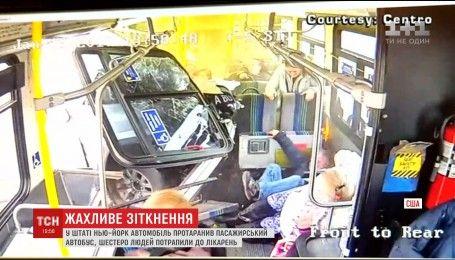 В американском штате Нью-Йорк в пассажирский автобус въехал автомобиль