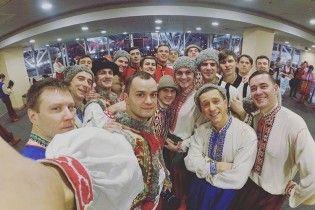 Флешмоб-гопак. Танцюристи ошелешили відвідувачів аеропорту та супермаркету