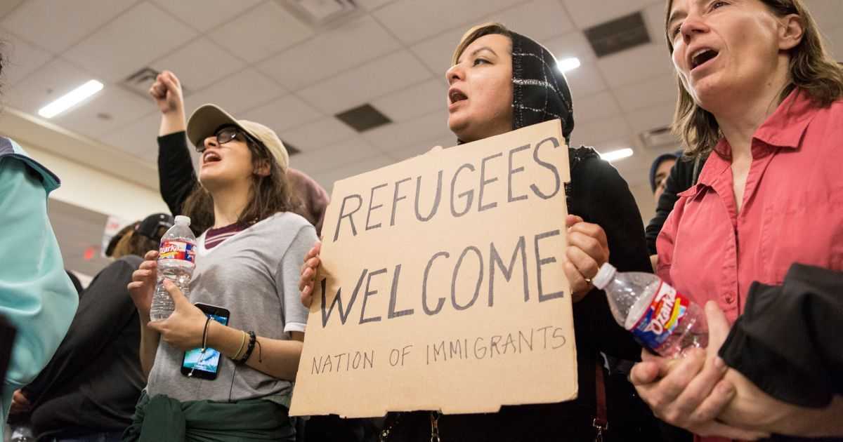 Протестующие против миграционной политики Трампа в международном аэропорту Далласа, Техас
