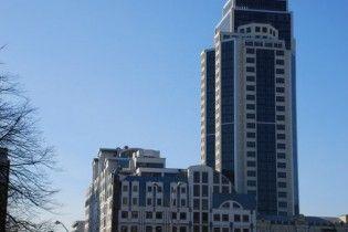 У столиці молодик випав із вікна 29-го поверху бізнес-центру й насмерть розбився — ЗМІ
