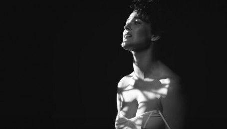 """""""Несмелая"""" Даша Астафьева в прозрачной ночнушке без нижнего белья показала клип от Бадоева"""