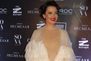 Даша Астафьева в эффектном платье с перьями презентовала сольную песню и клип