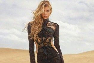 Красотка в пустыне: Стелла Максвелл сексуально рекламирует наряды от Roberto Cavalli