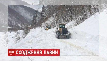 Величезні лавини перекрили дорогу на Закарпатті