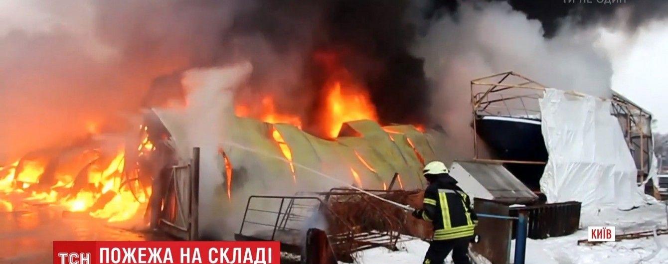Масштабный пожар в Киеве: огонь на судостроительном заводе тушили 89 спасателей