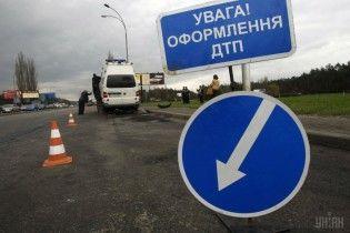 На трассе Киев-Чоп на видео сняли аварию военного грузовика и микроавтобуса