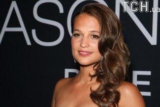 Вместо Джоли: в Сети появились первые кадры с Алисией Викандер в роли Лары Крофт