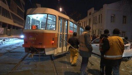 В Киеве на Подоле трамвай сошел с рельсов, образовав пробку