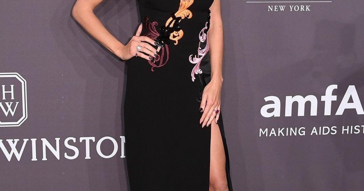 Довгонога Хайді Клум у сукні із вирізом та Адріана Ліма із декольте  відвідали AMFAR GALA 2017 - Гламур - TCH.ua d5e6debfb2e6e