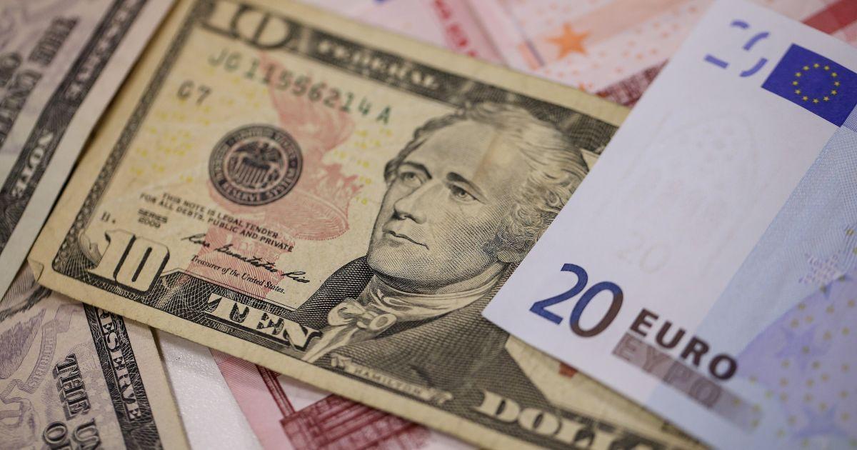 Доллар дорожает, а евро дешевеет: курсы валют от Нацбанка и в обменниках 11 ноября