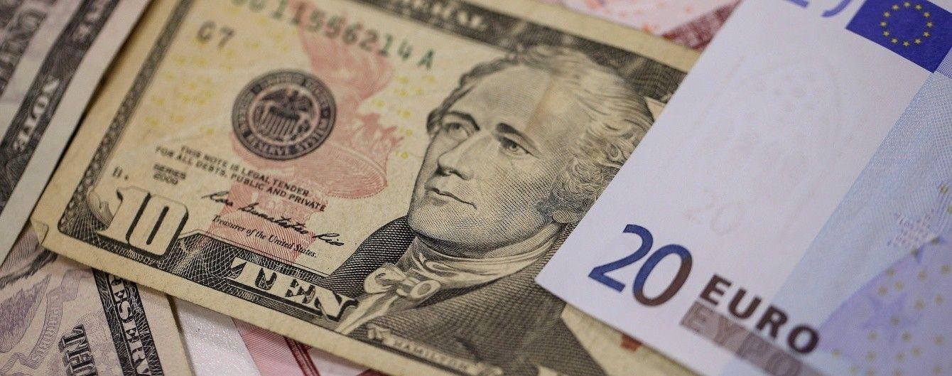 Долар дешевшає, а євро тримається вище 30 гривень у курсах Нацбанку. Інфографіка