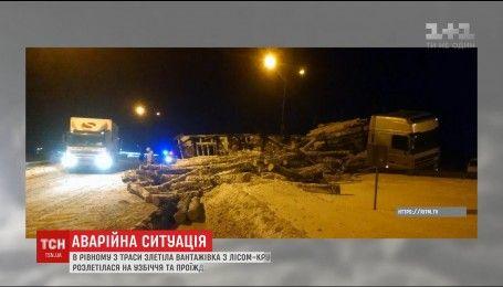Грузовик с древесиной попал в ДТП в Ровно