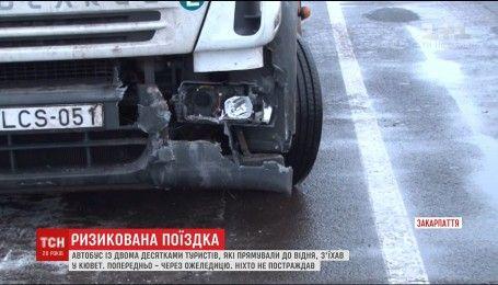 Чтобы избежать столкновения, водитель пассажирского автобуса на Закарпатье съехал в кювет