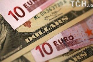 Долар і євро знову здорожчали в курсах Нацбанку. Інфографіка