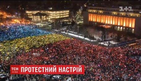 """Сорок тысяч демонстрантов румынского протеста в Бухаресте создали """"живой флаг"""""""