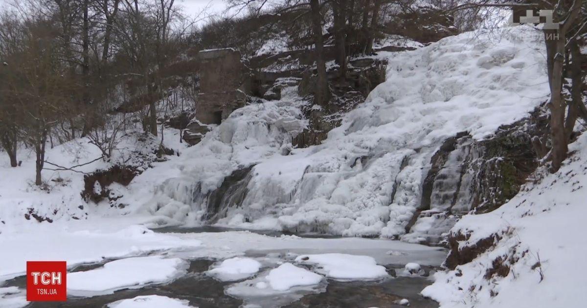 На Тернопольщине замерз самый высокий в Украине равнинный водопад