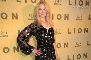 """Николь Кидман чуть не упала с лестницы на парижской премьере фильма """"Лев"""""""